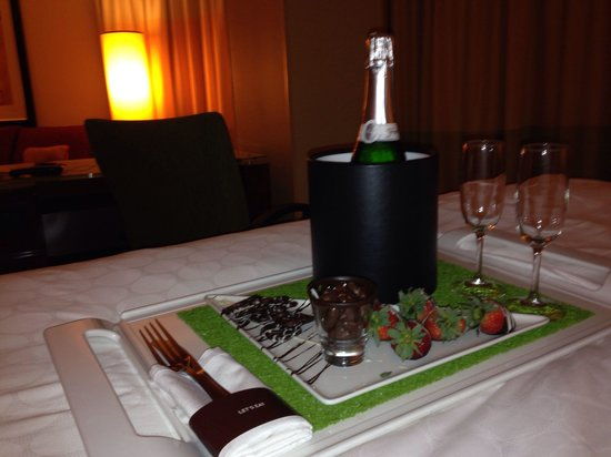 Renaissance Charlotte SouthPark Hotel: Champagne and strawberries!