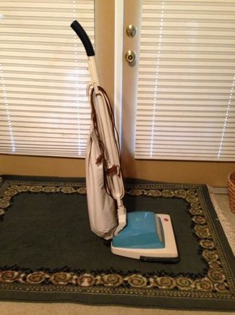 Sebring Lakeside Golf Resort Inn and Tea Room: the jurasic- non-working vacuum they lent me to clean my own room