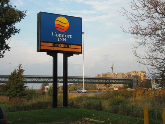 Comfort Inn West: hotel sign from freeway