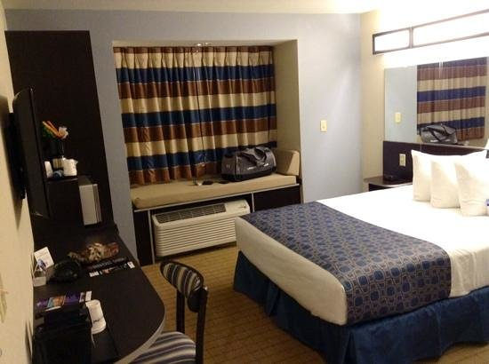 Microtel Inn & Suites by Wyndham Belle Chasse/New Orleans: Wheelchair accessible room.
