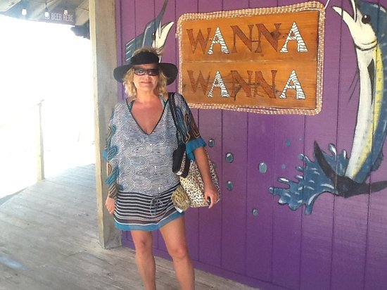 Wanna-Wanna Beach Bar & Grill: Entrance to the Wanna Wanna!