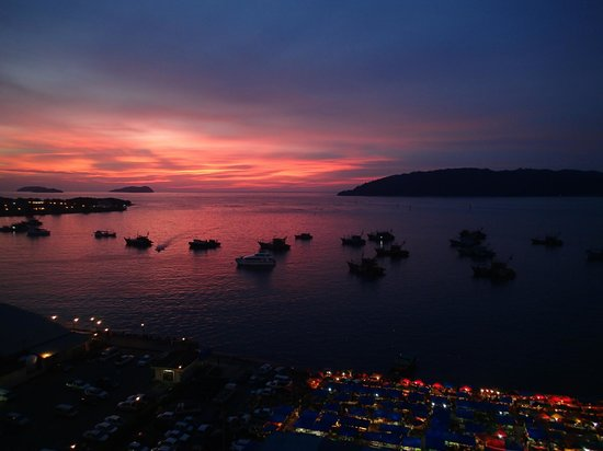 Le Meridien Kota Kinabalu : Sunset view from Club Lounge