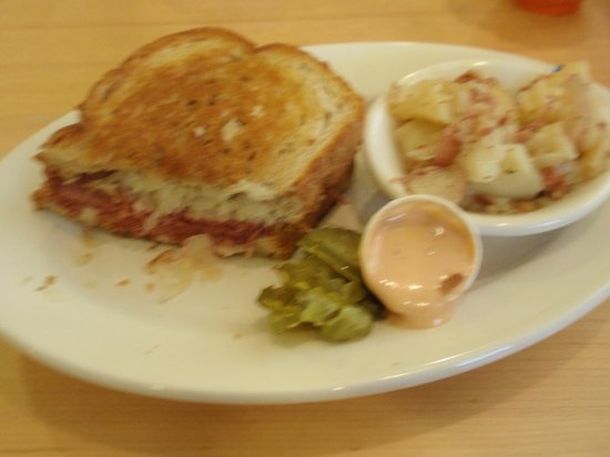 Cowan's Restaurant: yummy rueben and german potato salad