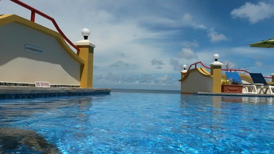 Anise Resort and Spa : View from in the pool out to the sea