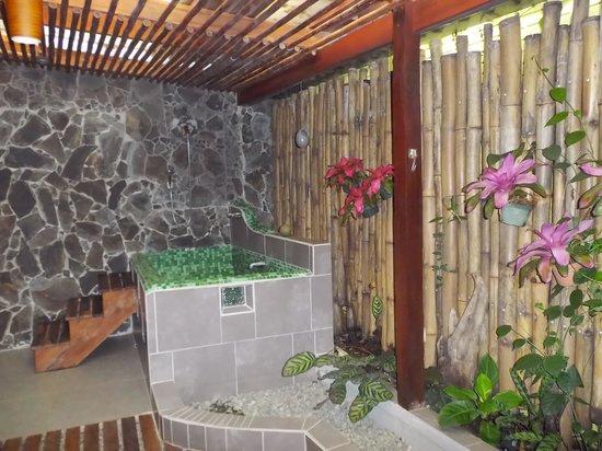 Hotel Banana Azul: Garden Bath room