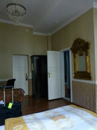 Honigmond Hotel : View in our room toward door to hall