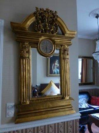 Honigmond Hotel : Antique mirror in room