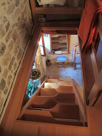 Salvezani Apartment: Unusual staircase (leads to beds on upper floor)