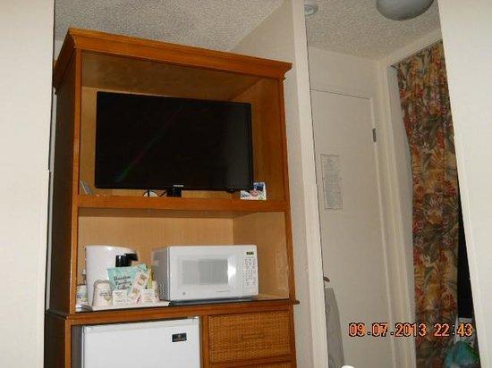 Days Inn Maui Oceanfront: All necessities such as a fridge, microvawe, coffe pot, and TV