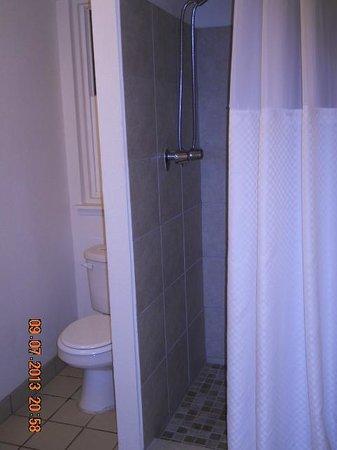 Days Inn Maui Oceanfront: Very clean bathroom