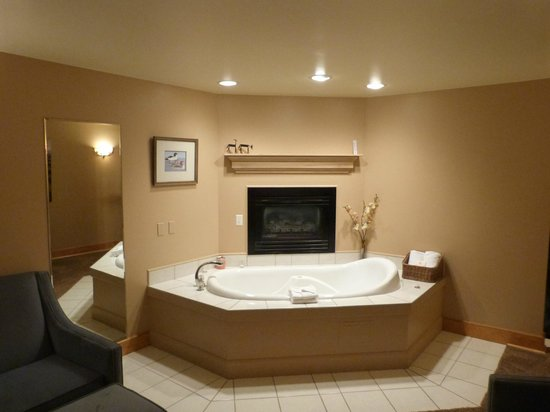 Inn on the Creek: Private jacuzzi and fireplace