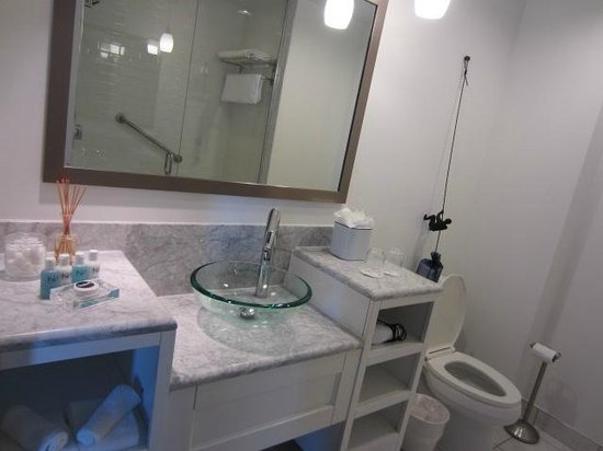 The Saint Hotel, Autograph Collection : Sink and toilet