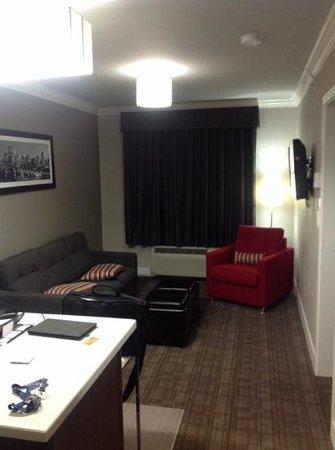 Sandman Hotel & Suites Calgary South : living room