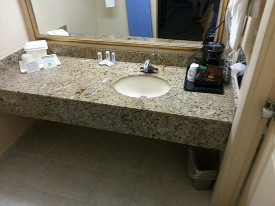 Quality Inn & Suites Riverfront : The bathroom