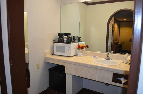 Best Western Inn: Bathroom + Microwave+Coffee maker