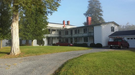Rosendale Inn Bed and Breakfast: Front drive