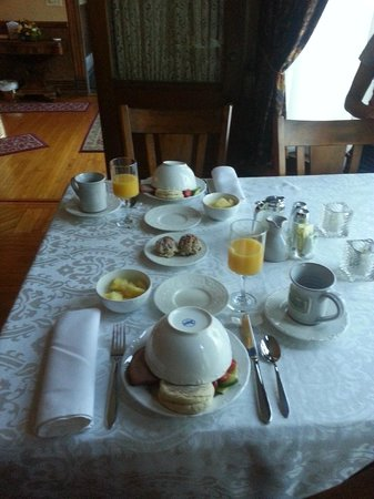 Hamilton House B&B: Breakfast in the parlor. Look at this pic. Need I say more?