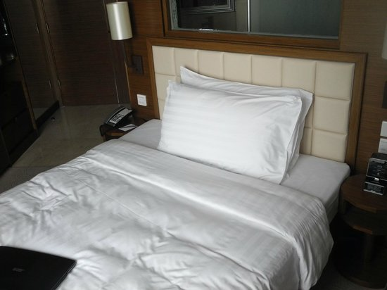 Dorsett Kwun Tong, Hong Kong : Comfortable bed.Always neatly arranged when we get back from a long day!