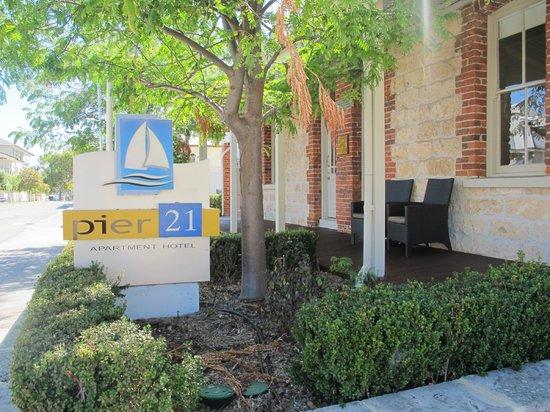 Pier 21 Apartment Hotel : Main entrance
