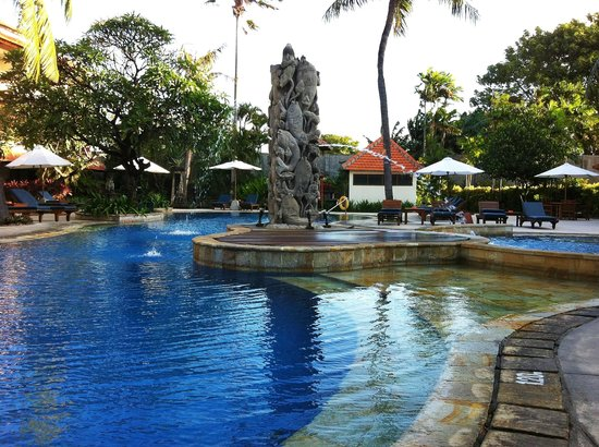 Bali Rani Hotel: Pool side view in the afternoon