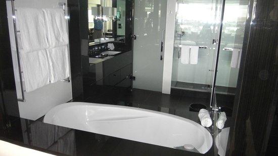 Crown Metropol Perth : Bathroom