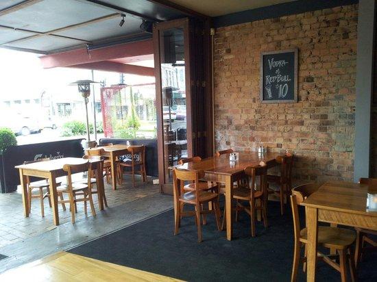Barzurk Gourmet Pizza Bar: Barzurk with doors wide open
