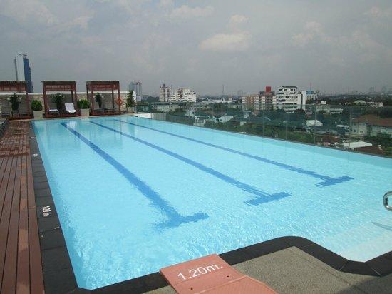 Amari Residences Bangkok: Roof-top pool