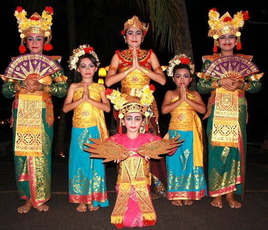 Rama Candidasa Resort & Spa: Balinese Dancers organised for our Dinner Entertainment