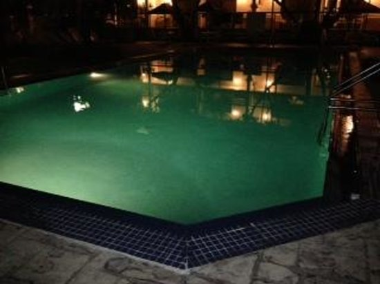Courtyard Key West Waterfront: Pool view at night