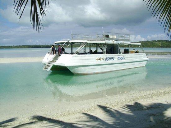 """Bishops Cruises : Lagoon Lova """"docking"""" at Samade"""