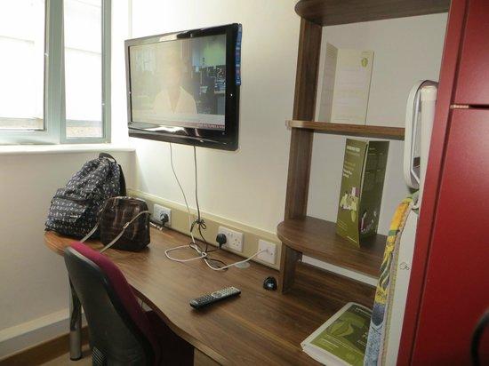 Richmond Place Apartments: Tv & desk