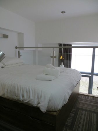 Richmond Place Apartments: Double bed on the mezzanine