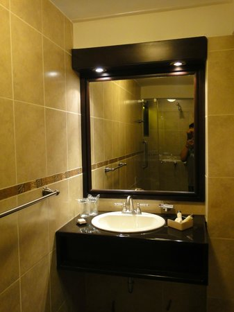 Tierra Viva Cusco Plaza: Bathroom in double room