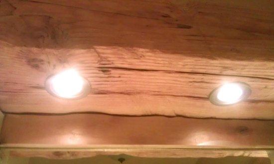 Niwot Inn & Spa: Lights sunk into rough hewn exposed beams in bathroom