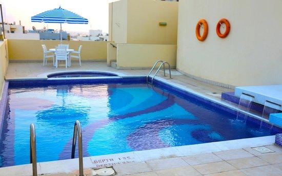 Xclusive Casa Hotel Apartment: Swimming Pool