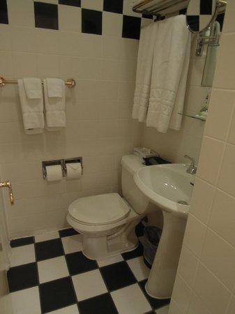 Mayfair Hotel: 小奇麗な洗面所。左側がシャワーブース、バスタブはなし