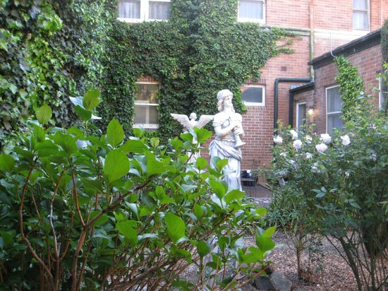 Berida Hotel: Courtyard Garden