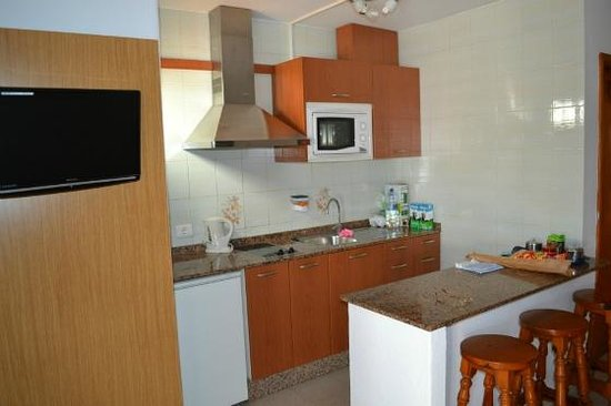 Apartamentos Villa Canaima: Kitchen Area and Breakfast Bar