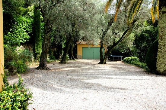 La Rivolte: the well shaded parking area