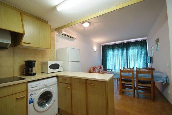 Apartamentos Sa Gavina Medes: Sala de estar y cocina americana en apartamento 4/6
