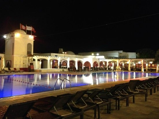Piscine centrale picture of club med djerba la douce for Piscine club med gym