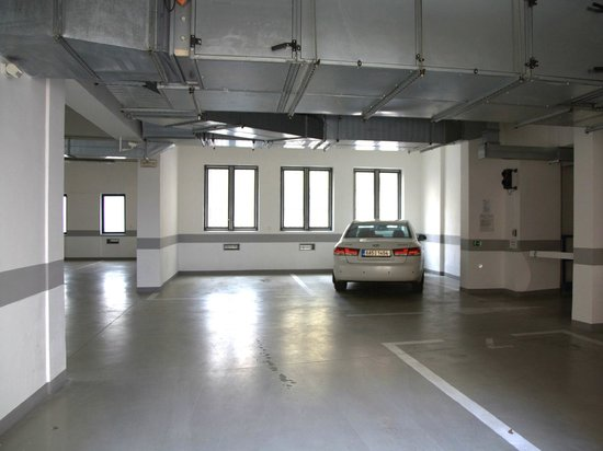 Sokolska Youth Hostel: Secured garage