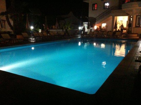 Hotel Baia del Capo: Ecco la piscina di sera .
