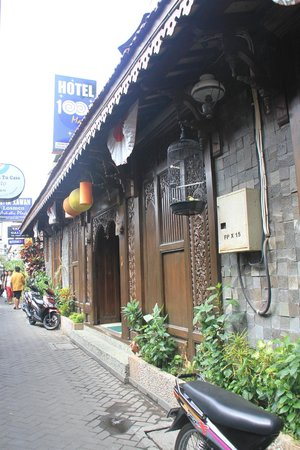 Hotel 1001 Malam: Outside view
