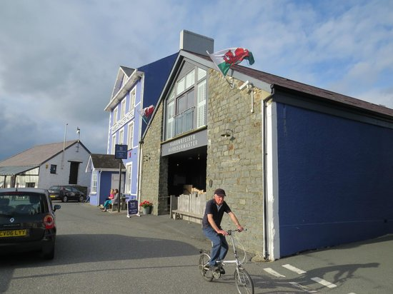 Harbourmaster Hotel: Harbourmaster from the harbour wall