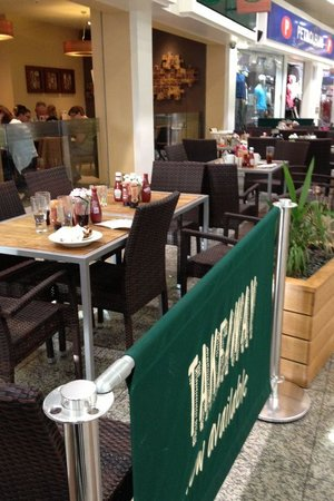 Harvester Lowry: Dirty tables at the entrance. Not cleaned during the 90 minutes we were there