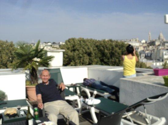 Citadines Montmartre Paris: Enjoying our rooftop terrace