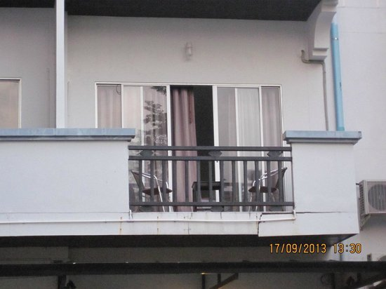 Patong Paradee Resort: Cracked balcony