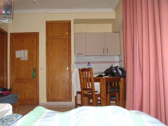 Apartahotel Lux Mar : cucinino attrezzato visto dal letto