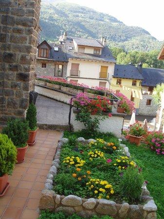 Hotel Escalar: Un bonito jardín al abrir la ventana del dormitorio